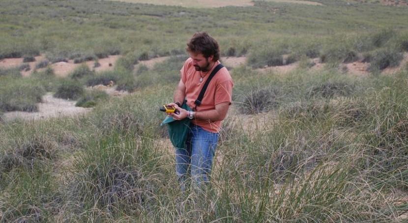 El investigador de la Universidad de Córdoba José Luis Quero toma muestras en el norte de Marruecos.